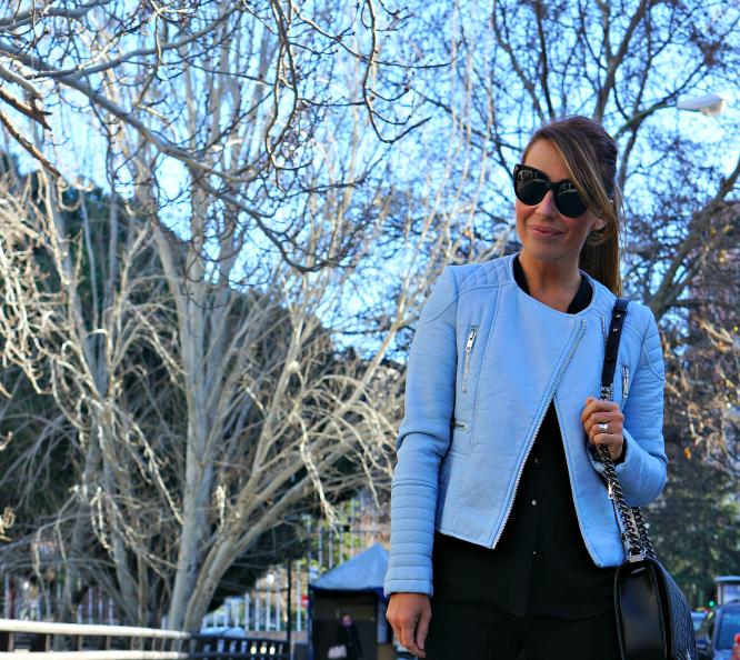 Zara, tendencia, outfit, moda, mujer, azul, falda, cazadora