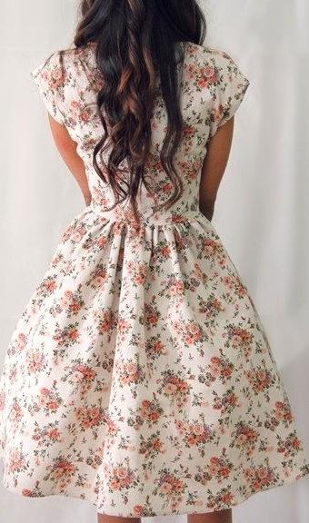 flores, primavera, outfit con flores, tendencia, mujer, moda,