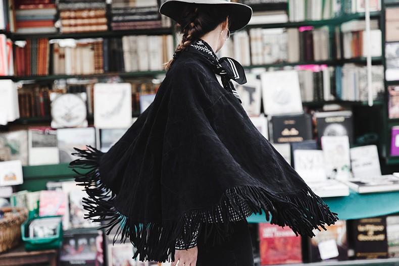 treintamasdiez blog de moda Fringed_Suede_Poncho-Maje-Exclusive-Bandana-Hat-Skinny_Jeans-Outfit_Street_Style-8-790x527
